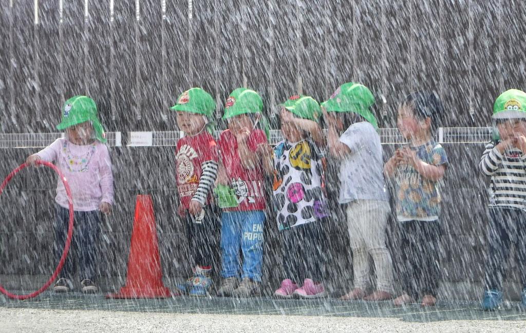 「雨が降るぞ~」の言葉で水まきが始まり、子どもたちの歓声が聞こえます♬